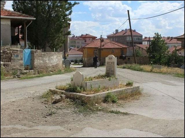 قصبے کے لوگ صرف یہی بتاتے ہیں کہ یہ قبر اس قصبے کی تعمیرِ نو سے بھی بہت پہلے کی ہے۔ (فوٹو: روزنامہ ہیبر، ترکی)