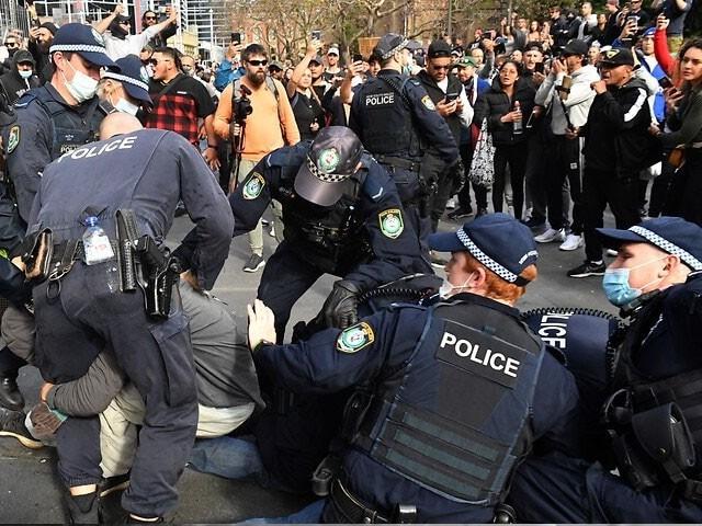 پولیس نے کئی مظاہرین کو گرفتار کرلیا، فوٹو: ٹوئٹر