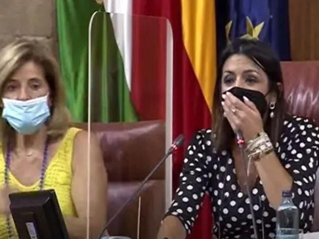 چوہے کو دیکھ کر خواتین ارکان کی چیخیں نکل گئیں، فوٹو: ویڈیو گریب