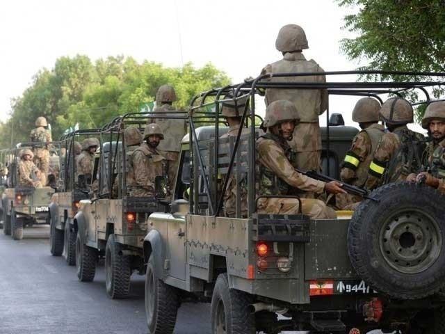 تین فوج جوان اور گاڑی کا سویلین ڈرائیور شدید زخمی، قریبی اسپتال منتقل کردیا گیا، گاڑی الیکشن ڈیوٹی پر مامور تھی (فوٹو : فائل)