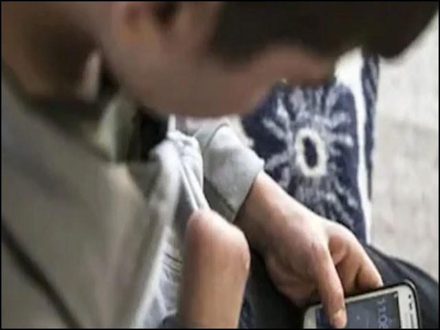 یہ بچہ ہر وقت اپنے اسمارٹ فون میں مگن رہتا اور نہ تو گھر کا کوئی کام کرتا اور نہ ہی پڑھائی پر توجہ دیتا تھا۔ (فوٹو: انٹرنیٹ)