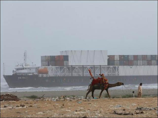 پانی کی سطح بڑھنے پر جہاز کو نکالا جائے گا، 48 گھںٹوں میں جہاز سے آئل نکال لیا جائے گا، مشیر وزیراعظم محمود مولوی (فوٹو : فائل)
