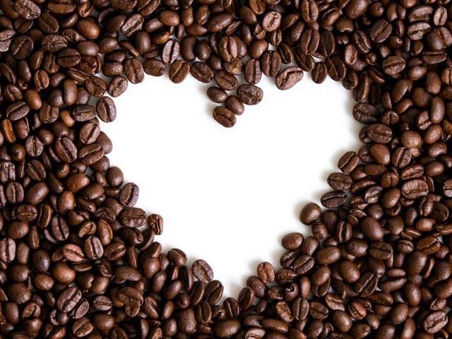 روزانہ ایک سے تین کپ کافی پینے سے دل کی بے ترتیب دھڑکن کا خدشہ کم ہوجاتا ہے۔ فوٹو: فائل