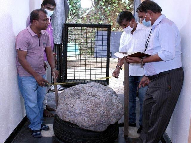 تصویر میں دکھائی دینے والا پتھر 510 کلوگرام وزنی ہے جس کے اندر 25 لاکھ قیراط کے نیلم بھرے ہیں۔ فوٹو: بی بی سی