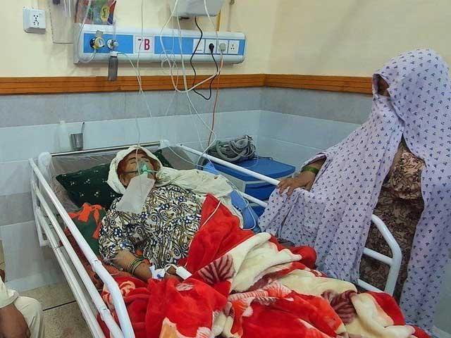 اسپتالوں میں کورونا کے نئے مریضوں کی آمد جاری ہے فوٹو: فائل