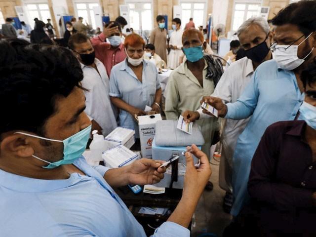 ملک میں مجموعی طور پر 3 کروڑ5 لاکھ 90 ہزار سے زائد افراد کو کورونا ویکسین لگائی جا چکی ہے، این سی او سی ۔ فوٹو:فائل