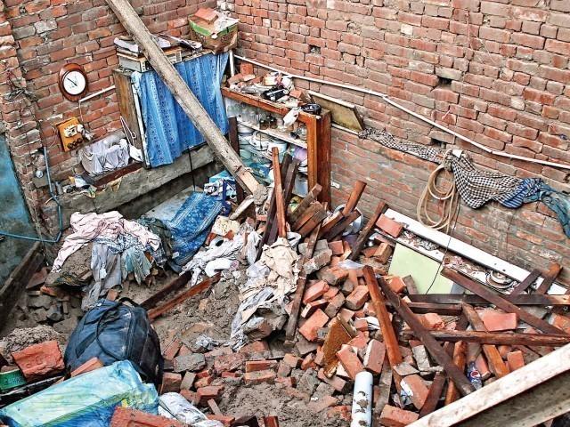 زیر تعمیر مکان کی چھت کا سامان پرانی چھت پر رکھا گیا تھا جس کے وزن سے کمرے کی چھت گر گئی، ریسکیو۔ فوٹو:فائل