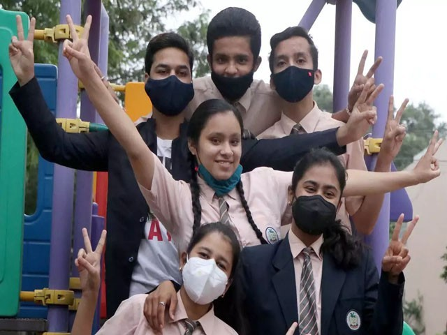 ادتیہ کرشنا نے دسویں جماعت میں 79 فیصد نمبرز حاصل کیے، فوٹو: بھارتی میڈیا