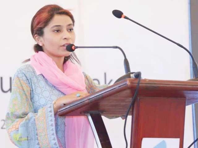 خواتین کو کاروباری ہنر سکھانے والی  فرزانہ تقریب سے خطاب کررہی ہیں ۔  فوٹو : ایکسپریس