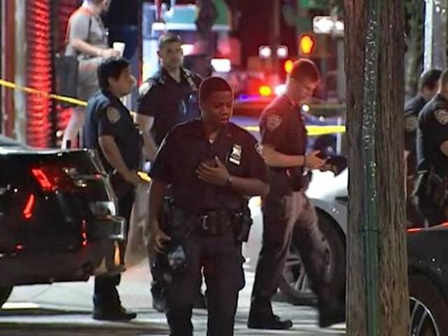 حملہ آور فائرنگ کے بعد فرار ہوگئے جن کی تلاش کے لیے چھاپے مارے جارہے ہیں، نیویارک پولیس