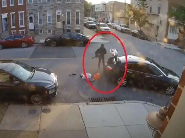 بوائے فرینڈ کو کچلنے کی کوشش میں کار تباہ ہوگئی، فوٹو: ویڈیو گریب
