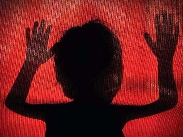 بچی کے والد نے ملزم کو سر عام پھانسی دینے کا مطالبہ کردیا ہے (فائل فوٹو)
