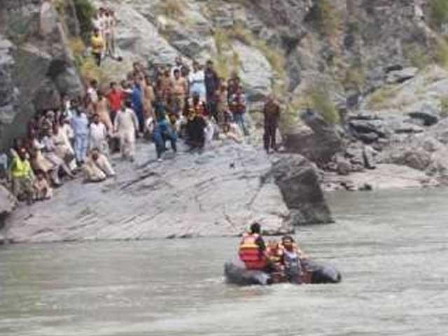 ملک فہیم بیٹے کو بچاتے ہوئے بے رحم موجوں کی نذر ہو گیا، لاشوں کی تلاش جاری ۔  فوٹو :  انٹرنیٹ