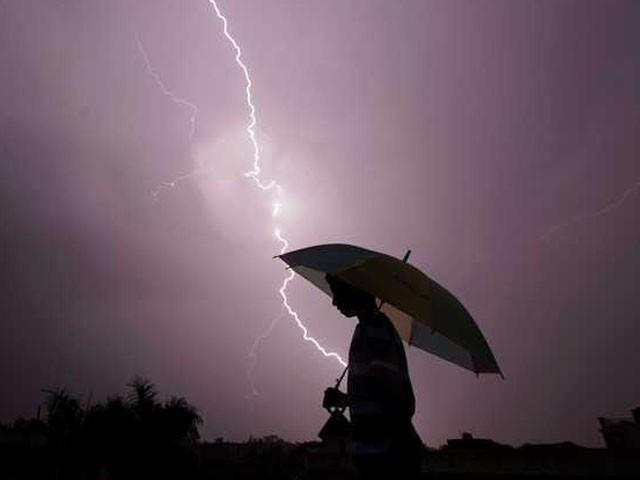 آسمانی بجلی گرنے سے دلہا شدید زخمی ہوگیا، فوٹو: فائل