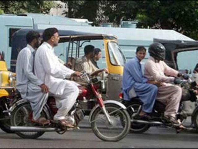 صحافی، بزرگ، خواتین اور بچے ڈبل سواری پر پابندی سے مستثنی ہوں گے۔ فوٹو : فائل
