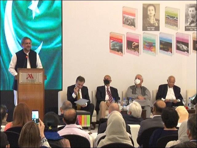 کتاب کی تقریب رونمائی سے شاہد خاقان عباسی خطاب کرتے ہوئے، اسٹیج پر دیگر مہمانان گرامی بھی موجود ہیں (فوٹو : ایکسپریس)