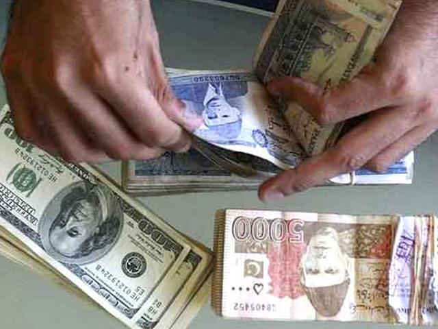 اوپن مارکیٹ میں ڈالر کی قدر 20 پیسے کی کمی سے 163.80 روپے پر بند ہوئی (فائل فوٹو)