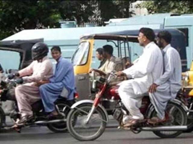 ڈبل سواری کی خلاف ورزی کرنے والوں کے خلاف دفعہ 144 کے تحت کارروائی  کی جائے گی۔(ٖفوٹو:فائل)