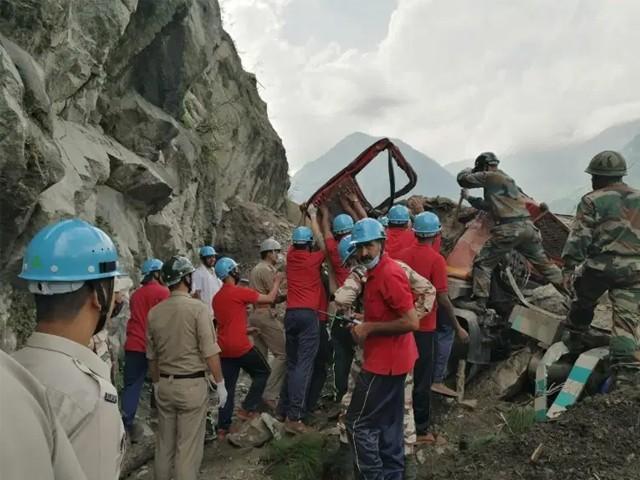 پہاڑوں سے پتھر اور چھوٹی چٹانو ں کے گرنے کا سلسلہ تاحال جاری ہے جس کی وجہ سے امدادی کاموں میں مشکلات پیش آرہی ہیں۔(فوٹو: اے ایف پی)
