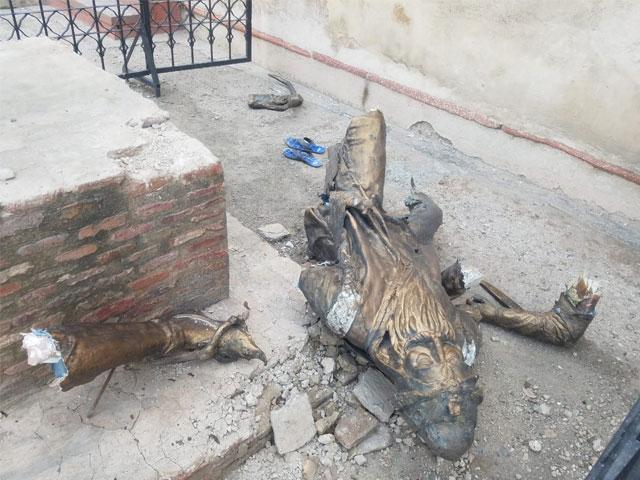 رنجیت سنگھ کا مجسمہ پہلے بھی توڑا گیا تھا جسے بعد میں مرمت کرکے لگایا گیا تھا۔
