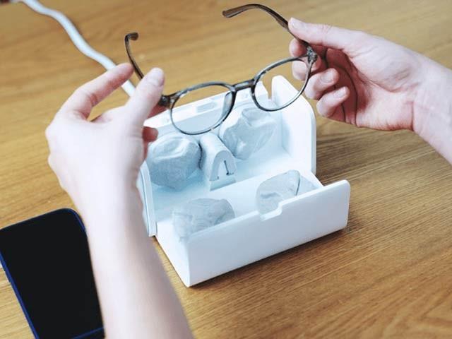 لینس ایچ ڈی خودکار انداز میں عینک کے شیشوں سے میل، گرد، چکنائی اور دھول کو صاف کرتا ہے۔ فوٹو: بشکریہ انڈی گوگو