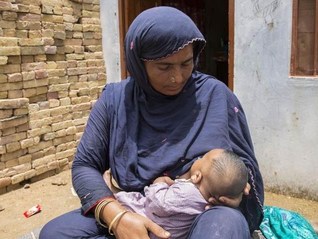 ماں کا دودھ قبل ازوقت پیدا ہونے والے بچوں کے دل کے کئی نقائص دور کرکے انہیں توانا بناتا ہے۔ فوٹو: فائل