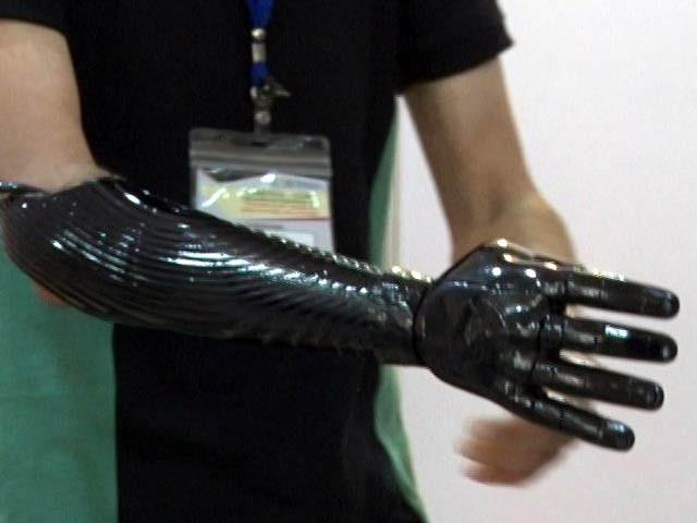 تصویر میں بازو سے محروم نوجوان معاذ روبوٹک آرم کے ساتھ موجود ہیں۔ فوٹو: بشکریہ بایونکس کمپنی