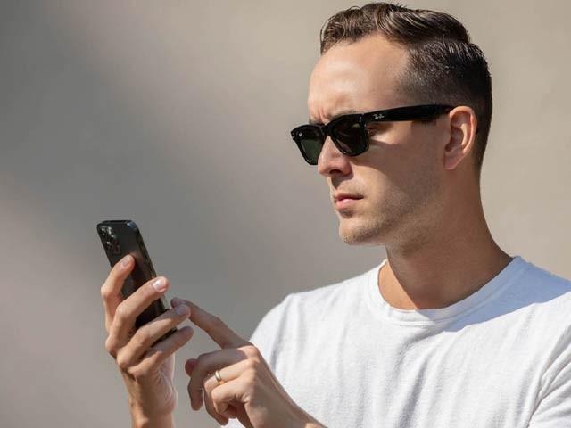 فیس بک نے رے بین کے تعاون سے اپنی پہلی اسمارٹ عینک فروخت کے لیے پیش کردی ہے۔ فوٹو: بشکریہ دی ورج