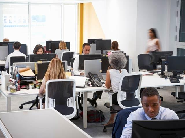 ہارورڈ یونیورسٹی کی تحقیق کی رو سے دفاتر کی آلودہ اور متاثرہ ہوا کارکنوں کی دماغی صلاحیت کو متاثرکرسکتی ہے۔ فوٹو: فائل
