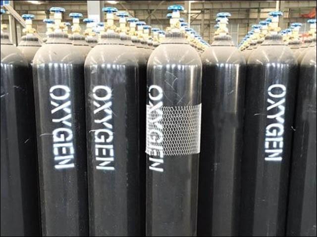 ملک کی بڑی آکسیجن کمپنی نے گیس کی طلب پوری کرنے سے معذرت کرلی، ڈیلرز کا کمپنیوں پر کارٹل بناکر قیمت بڑھانے کا الزام (فوٹو : فائل)