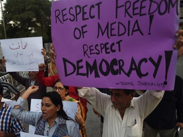 سیاسی جماعتوں کے قائدین نے بھی اس قانون کو میڈیا کی آواز دبانے کی حکومتی کوشش قرار دیتے ہوئے مسترد کردیا۔(فوٹو: اے ایف پی)