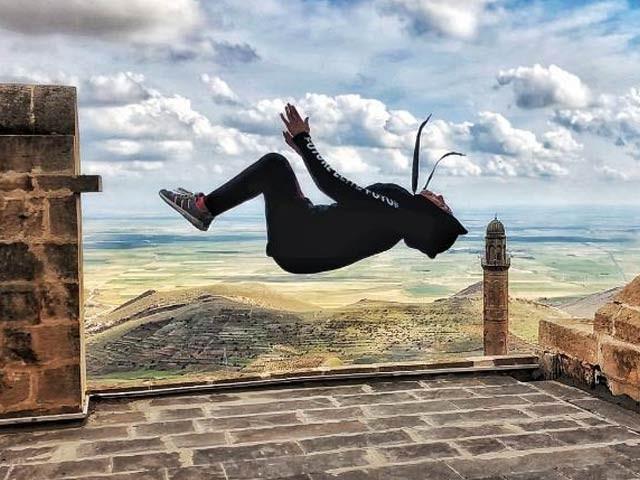 24 سالہ سارہ مدلل پارکر کے ایک کرتب کے دوران ہوا میں گھوم رہی ہیں۔ فوٹو: اسکائی نیوز