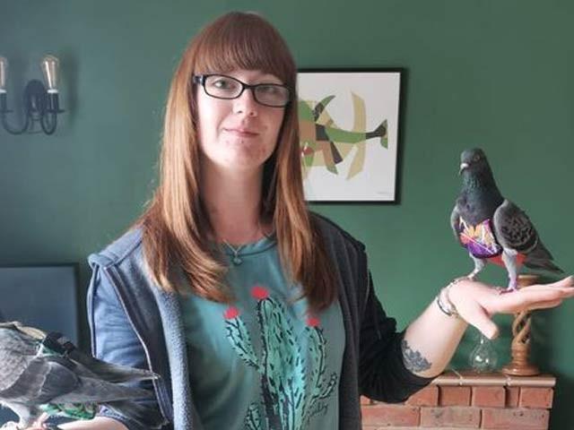 میگی ایک دو کبوتروں پر سالانہ چار ہزار برطانوی پاؤنڈ خرچ کرتی ہیں۔ فوٹو: میٹرونیوز