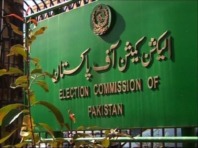 اعظم سواتی نے کہا تھا کہ الیکشن کمیشن ملک کی جمہوریت کو تباہ کرنے کا باعث ہے، فوٹو: فائل