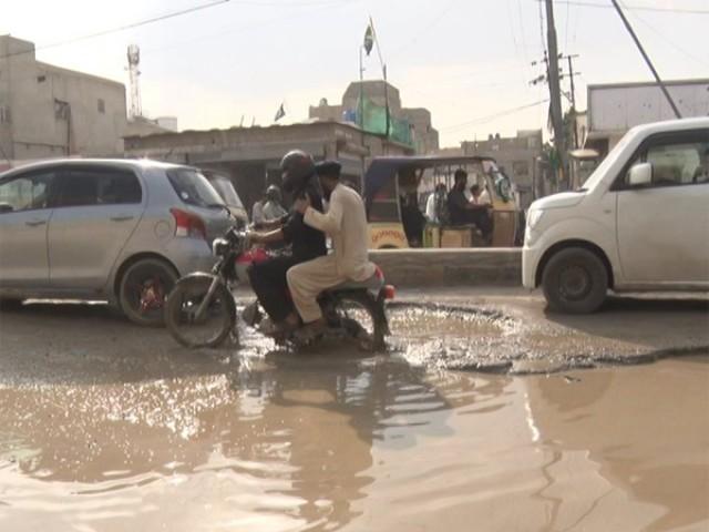 یہاں رات کے اوقات میں سفر کرنا بہت مشکل ہے، سڑک پر پڑے گڑھوں کے سبب کئی حادثات بھی رونما ہوچکے ہیں، علاقہ مکین۔(فوٹو: ایکسپریس)