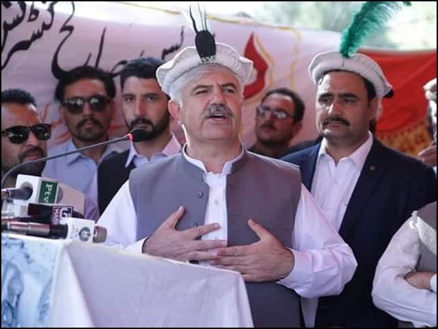 وزیراعظم اب اس مرحلے پر خیبرپختونخوا کی ٹیم کے کپتان، وزیراعلی محمود خان کو بدلنے کی غلطی نہیں کریں گے۔ (فوٹو: فائل)