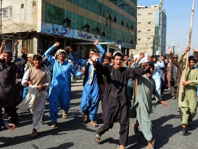 مظاہرین نے احتجاج کے دوران نے گورنر ہاؤس کے سامنے سے گزرنے والی اہم سڑک کو بلاک کردیا تھا۔ فوٹو: انٹرنیٹ