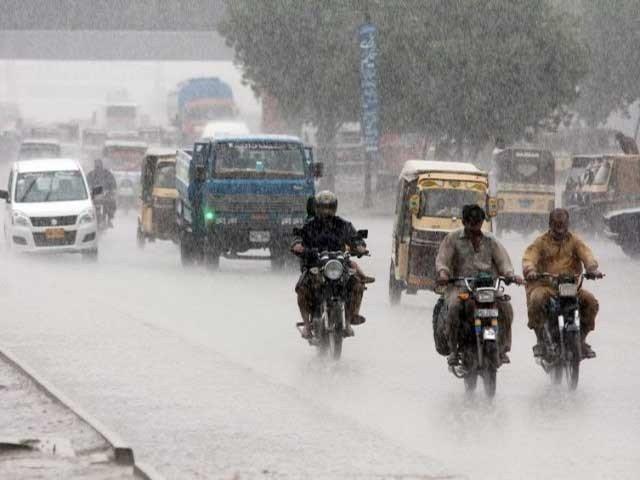 بارش سے شہریوں کے چہرے خوشی سے کھل اٹھے۔ فوٹو:فائل