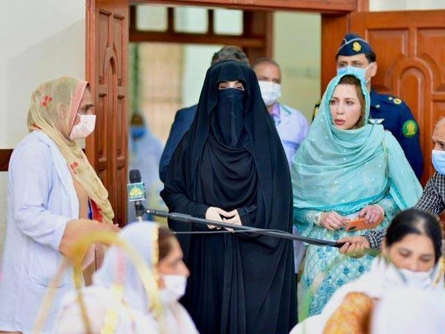 خاتون اول عام طور پر کسی سرکاری پروٹوکول کے بغیر عوامی مقامات کے دورے کرتی ہیں فوٹو: عمران خان فیس بک