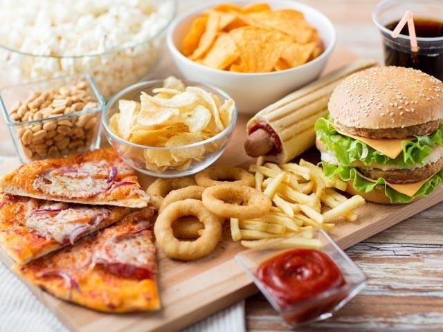 جنک فوڈ کم مقدار میں کھانے پر بھی موٹاپے میں خاصا اضافہ ہوجاتا ہے