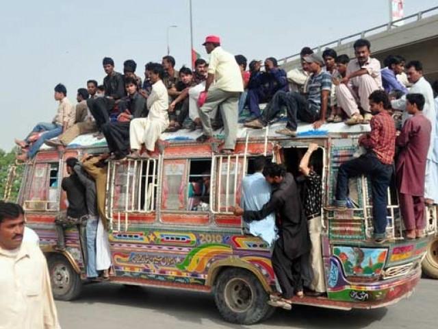 بسوں، منی بسوں، رکشوں، ٹیکسیوں کے ڈرائیورز، کنڈیکٹرز اور مسافروں کی بڑی تعداد ویکسی نیشن کرانے سے گریزاں ۔ فوٹو : فائل