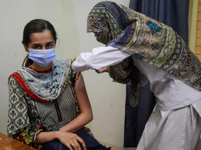 ہیلتھ کیئر ورکرز میں کورونا کے خطرات کم کرنے کے لیے بوسٹر ڈوز کا فیصلہ کیا گیا ، محکمہ صحت سندھ فوٹو: فائل