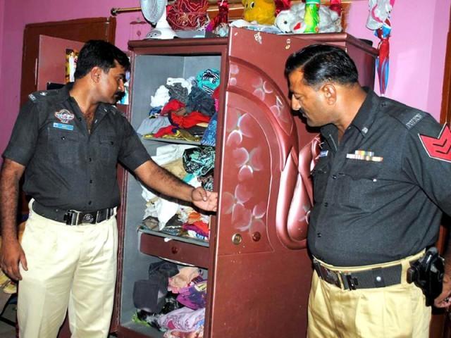 واردات میں 5 ڈاکو شریک تھے، جن میں سے 4 ڈاکو بنگلے میں داخل ہوئے جب کہ ایک ڈاکو بنگلے کے باہر کار میں بیٹھا رہا، پولیس۔(فوٹو:فائل)