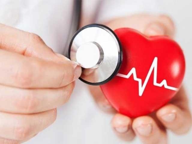 دل بہت تیزی سے اور بے قاعدگی سے دھڑکنے کا علاج نہ ہونے سے فالج کا حتمی خطرہ رہتا ہے ،ڈاکٹریاور سعید ۔ فوٹو : فائل