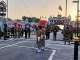 کوروناوبا کے باعث واہگہ بارڈر پر پرچم اتارے جانے کی تقریب میں عام شہریوں کی شرکت پر پابندی لگا دی گئی تھی فوٹو: فائل