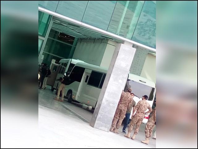 نیوزی لینڈ کی ٹیم کو اسلام آباد کے مقامی ہوٹل سے انتہائی سخت سیکیورٹی میں اسلام آباد ائیرپورٹ پہنچایا گیا۔( فوٹو:ایکسپیرس)