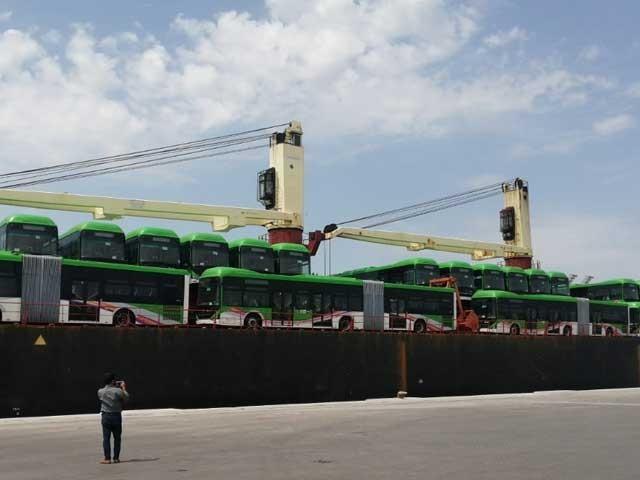 کراچی کے لیے درآمد کردہ بسوں میں ایک ساتھ  150 افراد سفر کرسکیں گے  فوٹو: ایکسپریس