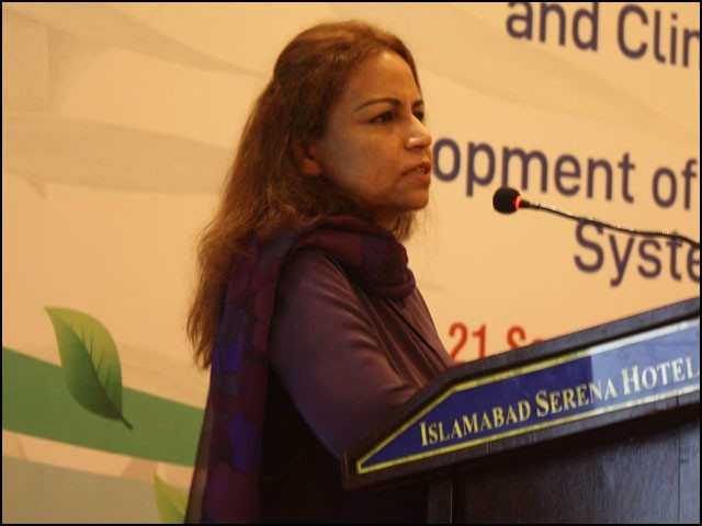 ناہید درّانی، سیکریٹری وزارت ماحولیات، ورکشاپ کی افتتاحی تقریب سے خطاب کررہی ہیں۔ (فوٹو: اے پی پی)