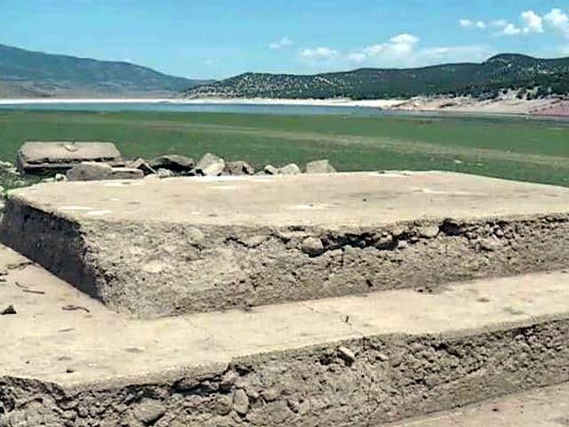 امریکی ریاست یوٹاہ کے ایک علاقے میں پانی کے ذخائر خشک ہونے سے قدیم بستی کے آثار نمودار ہوئے ہیں۔ فوٹو: فوکس 13