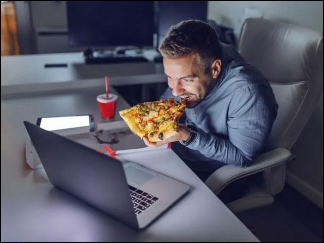 یہ پہلی تحقیق ہے جس سے معلوم ہوا ہے کہ معمول سے کم نیند کس طرح موٹاپے کا باعث بنتی ہے۔ (فوٹو: انٹرنیٹ)